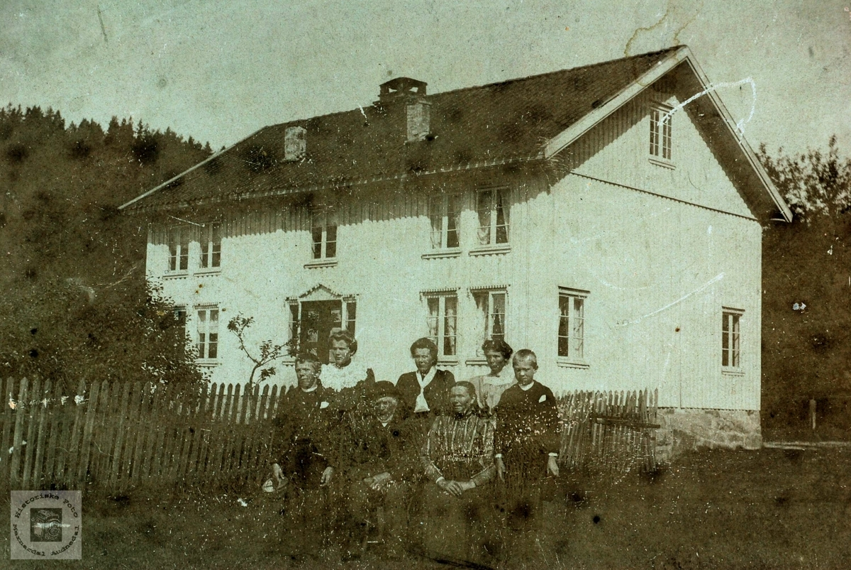 "Familien samla i heimen ""Der heima"" på Austre Sveindal."