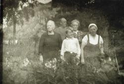"""Anna i """"Kjørkjebakken"""" på Seland har besøk i hagen sin. Grindheim."""