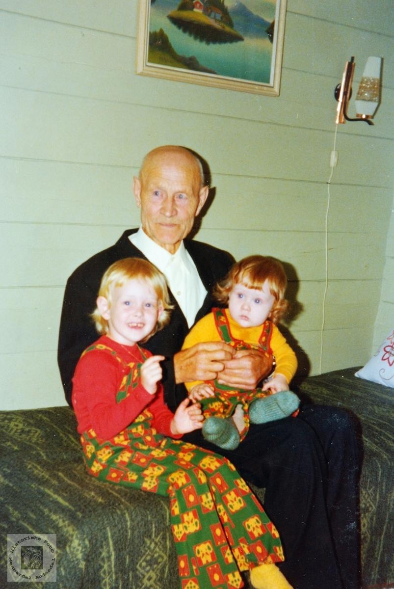 80 åringen Ola Bransdal med barnebarn.