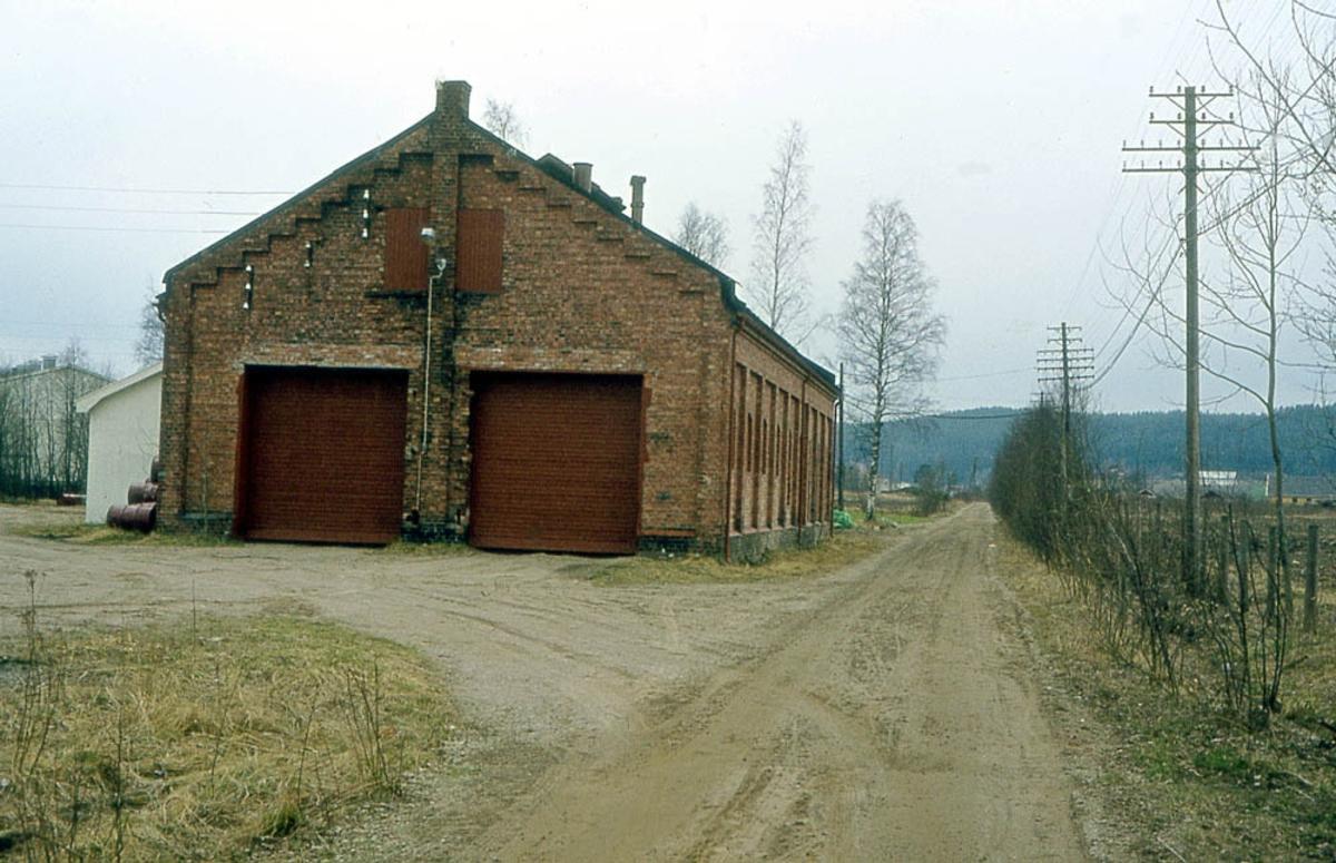 Ved Bjørkelangen lokstall 14 år etter nedleggelsen.