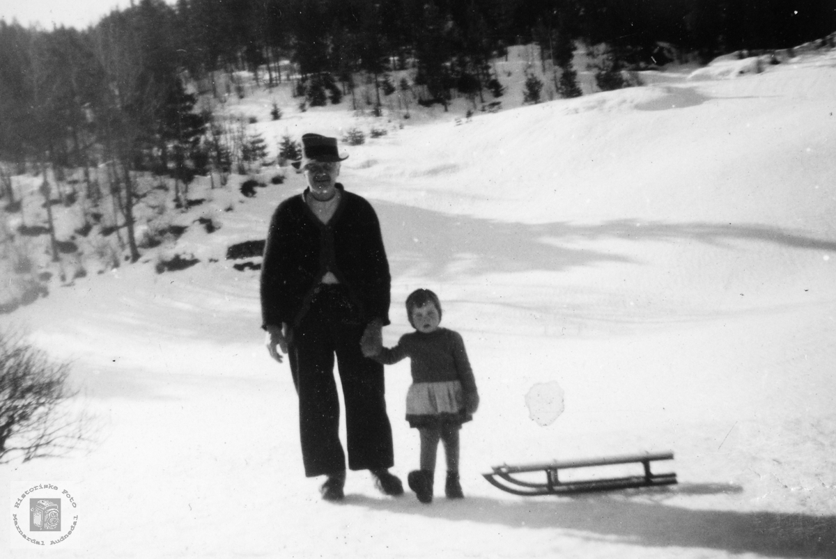 Bestefar Torje Ubostad på kjelketur.