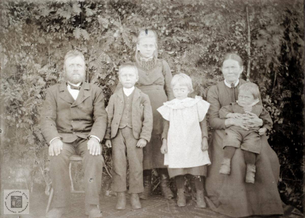 Familiebilde 6 personer fra Konsmo området. Audnedal.