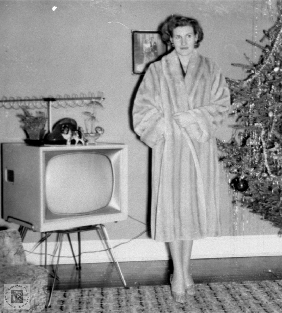 Portrett av pelskledd Anna Ellefsen fra Abelset ved juletreet i USA.