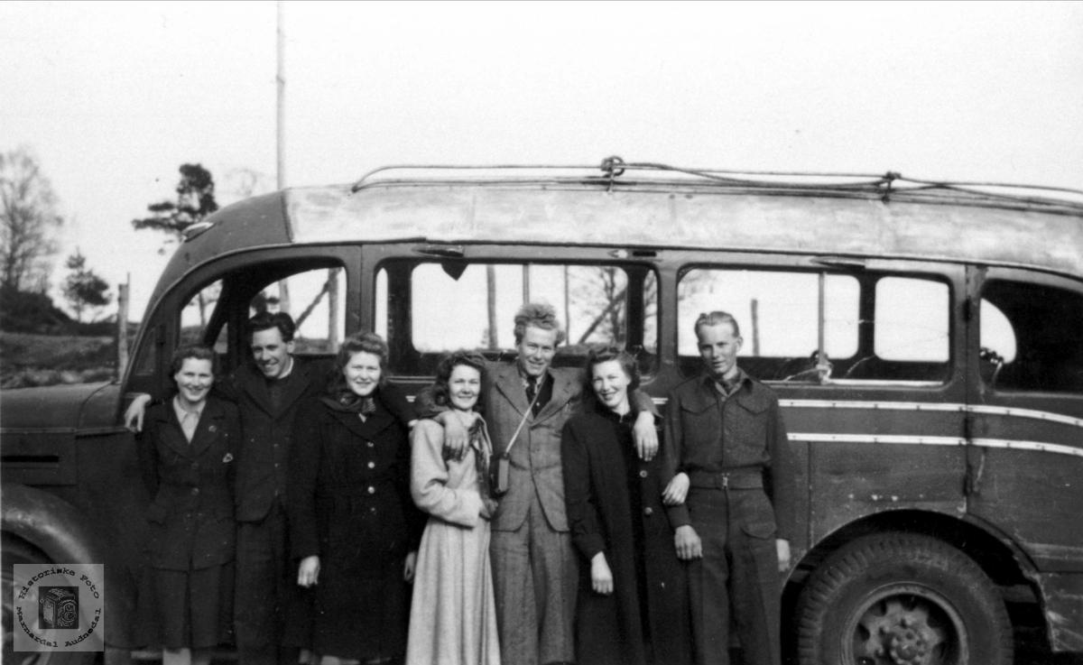 Buss fra Vest-Agder rutebillag på tur på Rødland i Vigmostad.