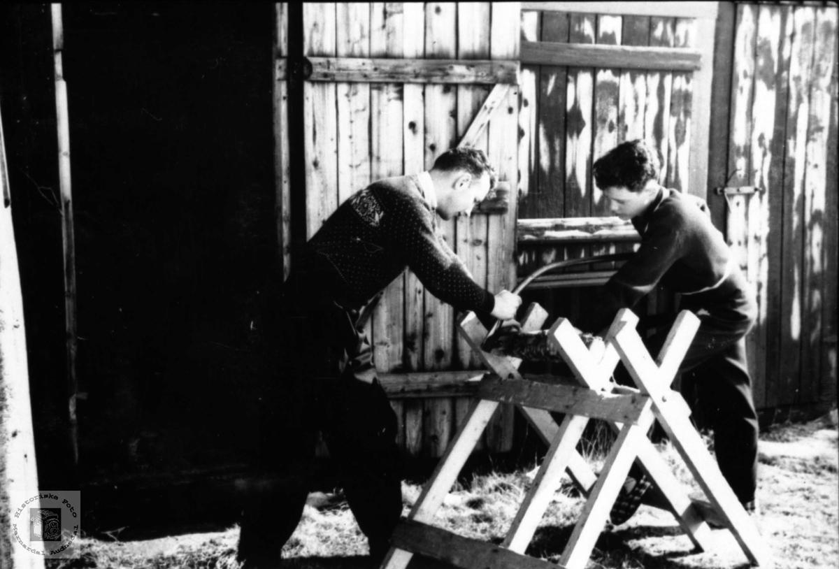 Vedkapping. Eivind og Helge Rosenvold legeboligen Laudal.