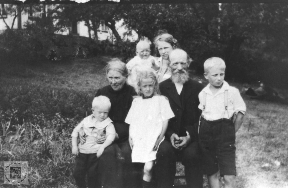 Familiebilde av familien Nome, Øyslebø.