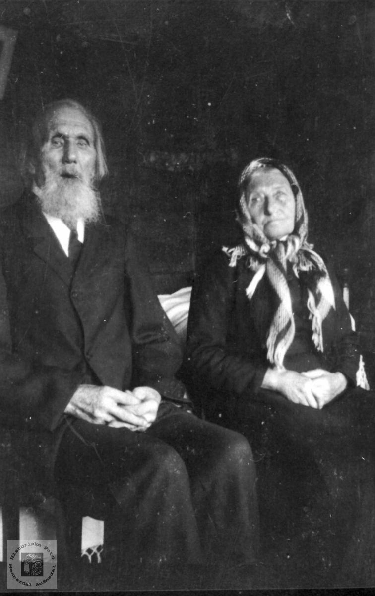 Gammelt ektepar, Lars og Inger Tomine Fladebø, Øyslebø.