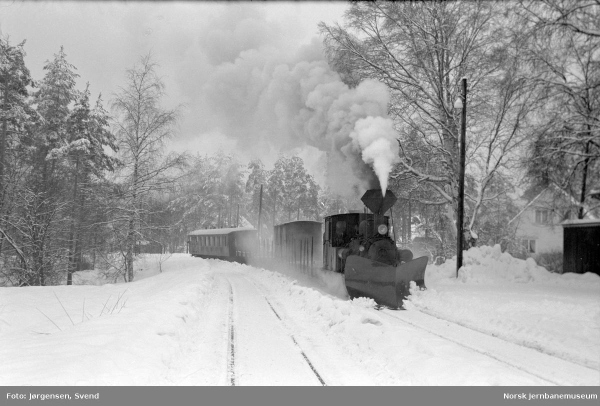Godstog med damplokomotiv kjører inn på Hornnes stasjon