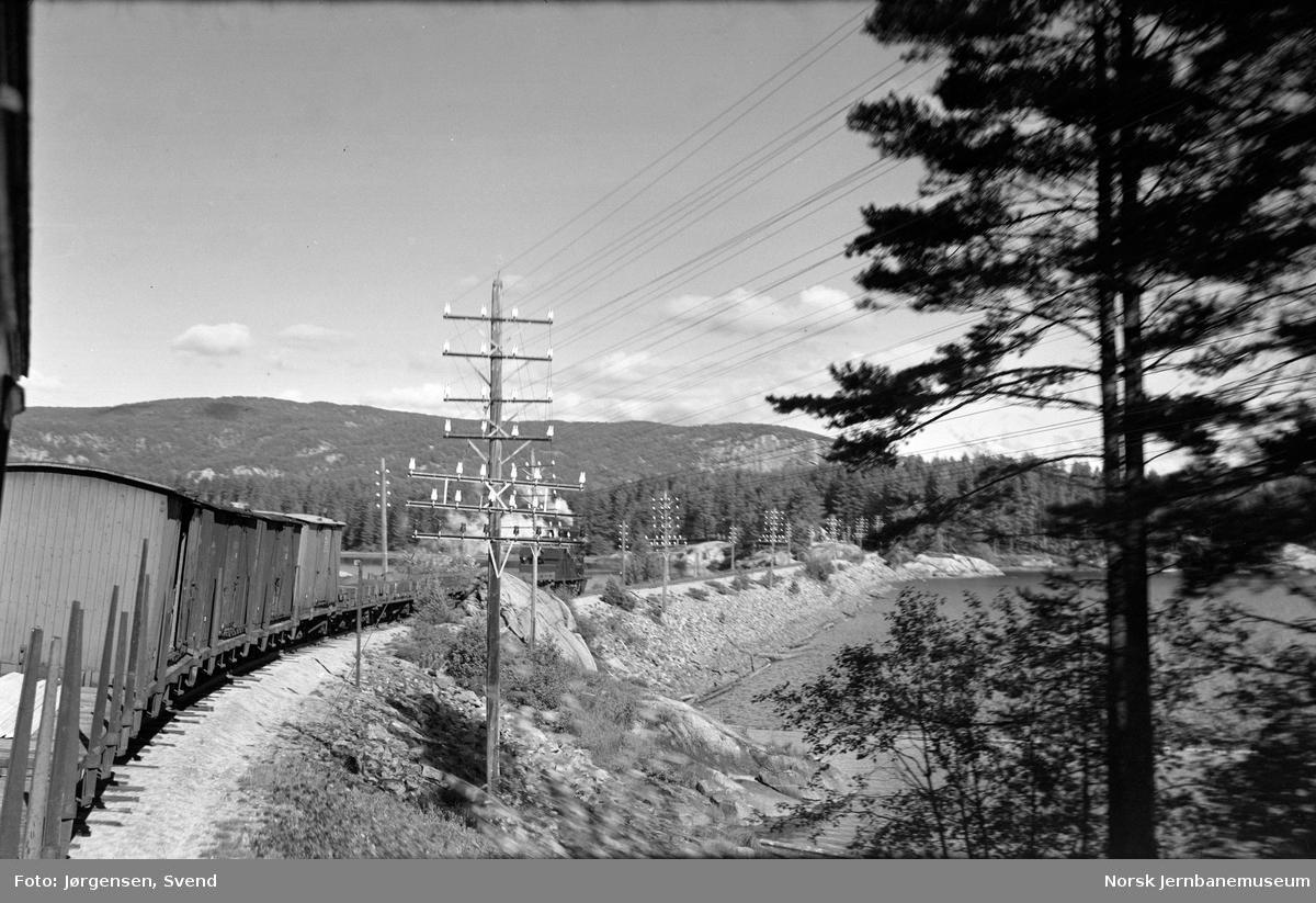 Nordgående godstog 5661 ved Voile bru, fotografert fra personvogn bak i toget