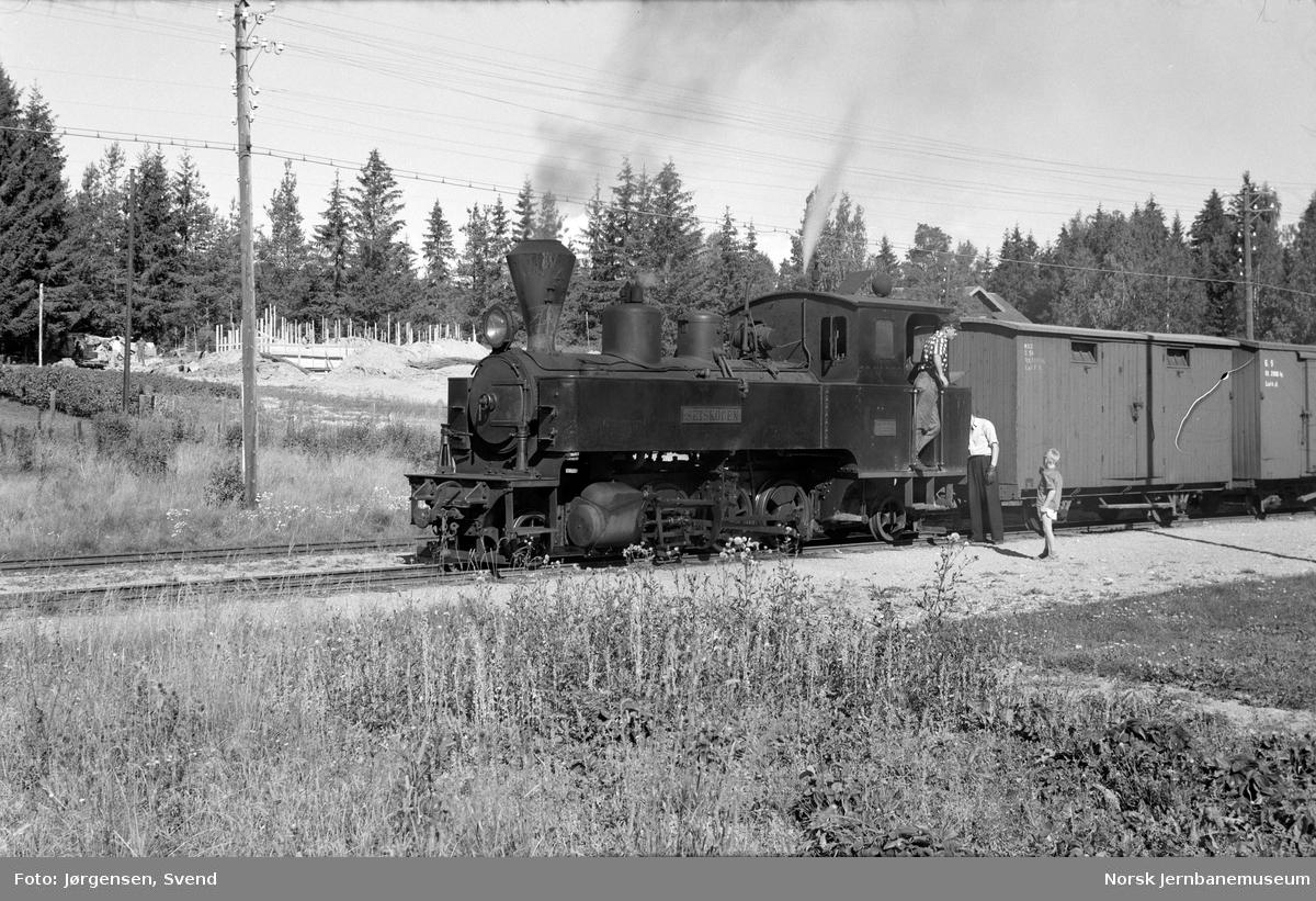 """Damplokomotiv nr. 4 """"Setskogen"""" med tog 2051 til Skulerud på Fosser stasjon"""