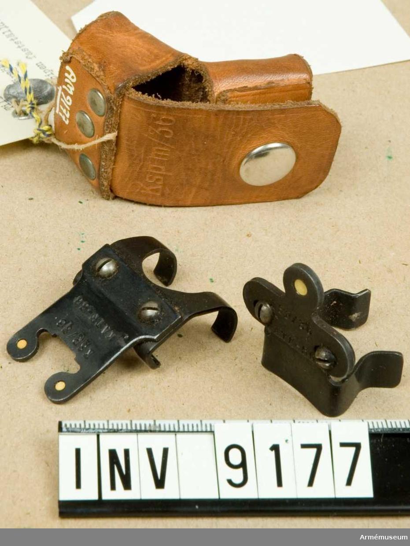 Består av:1 st fodral av läder, märkt: Ksp m/36, 1 st korn, märkt: KSP/36 KATF-56. 1 st sikte, märkt: KSP/36 KATF-56.Mörkerriktmedel för ksp m/36 (3-punkt). Konstruktör: KATF VaB 1/. Tillverkare: AB Steberco. Blysigill, märkt: AKGF en korna med två svärd i kors.