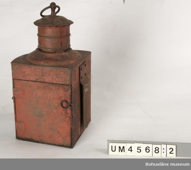 Föremålet visas i basutställningen Kustland,  Bohusläns museum, Uddevalla.  Styrbords- och babordslanterna i bockad och grön- resp. rödmålad plåt och med grönt resp. rött glas.  Ur handskrivna katalogen 1957-1958: Bottenmått: 24 x 19 H: 34. Styrbords- resp. babordslanterna. (Grön- resp. rödmålad metall). Hela.  Lanternorna har använts på något av Bohuslänska Kustens fartyg. AB Bohuslänska Kusten med säte i Uddevalla bildades 1876. Företaget bedrev ångbåtstrafik för passagerare och godstranport längs den bohuslänska kusten mellan Göteborg och Oslo fram till 1949.  Företaget hade kontor vid Bäveån, strax intill UVHJ:s stationsbyggnad och nära den plats där Bohusläns museum ligger idag. S/S Kung Rane, s/s Allhem, s/s Robert Thorburn, s/s Viken, s/s Valborg, s/s Byfjorden är namnet på några av fartygen.  Lappkatalog: 46