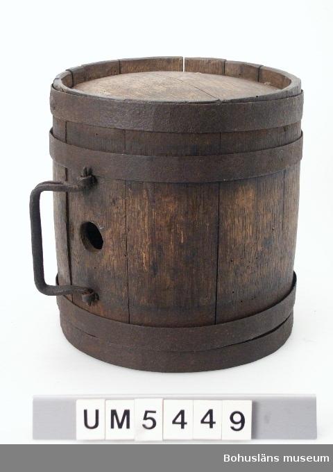 Ur handskrivna katalogen 1957-1958: Kagge, trä L. c:a 25 cm; ytter-D. (banden oräkn.) 23-24 cm; cylindrisk, 4 band  band jämte handtag av jä. omål., maskh  Lappkatalog: 84