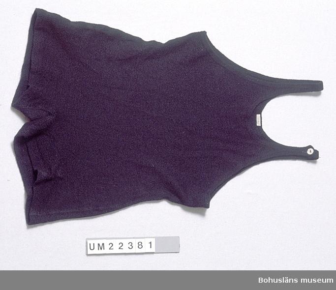 """Föremålet visas i basutställningen Kustland,  Bohusläns museum, Uddevalla. 571 Användningstid 1930-TAL? 433 STICKAT, MASKINSYTT Av svart tämligen tjock trikå av ylle. Maskinsydd. Rundad ringning bak och fram. Med smala axelband, det ena knäpps med en vit pärlemorknapp. Något insvängd i midjan. Därav angivelsen att det är en baddräkt till kvinna. På vävd etikett, påsydd upptill bak, märkt: """"Eiser"""". Flera småhål nertill bak och fram. Fläck på vänster sida nertill fram.  Litteratur: Costantino, Maria, 30-talets mode, Bokfabriken fakta Malmö 1993, sid. 42 och 54. Larsson, Marianne: Från badkostym till bikini ur Fataburen 1998, sid. 136-160. Rowland-Warne, L, Fakta i närbild Kläder Kläder, Bonniers Juniorförlag AB  Stockholm 1993, sid. 34-35.  Omkatalogiserat 1997-09-18 VBT  UMFF 106:2"""