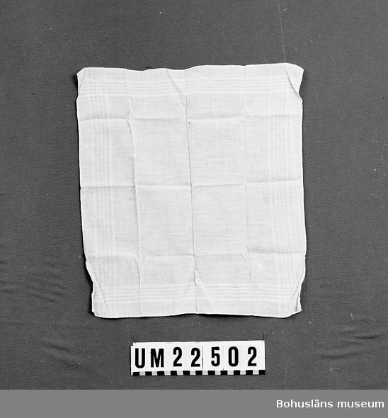 """594 Landskap BOHUSLÄN  Invävd vit kantbård. Broderat vitt monogram: """"A"""".  UMFF 113:1"""