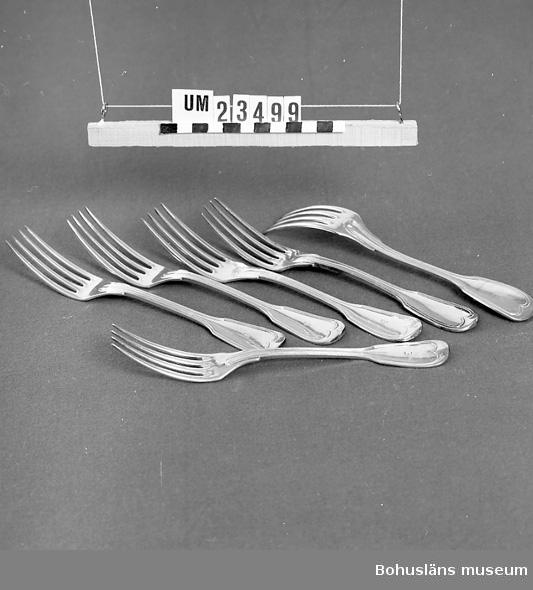 """471 Tillverkningstid 1890-1940 594 Landskap BOHUSLÄN  Gammalfransk modell. Märkt """"B"""" (Bokströms). Ur uppsättning bordsilver för uthyrning. Nysilverstämpel.  Neg nr. UM141:6."""