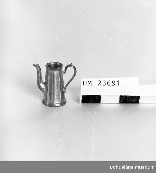 594 Landskap BOHUSLÄN  Uppåt konande form. Lock saknas.  Neg. nr UM 152:2