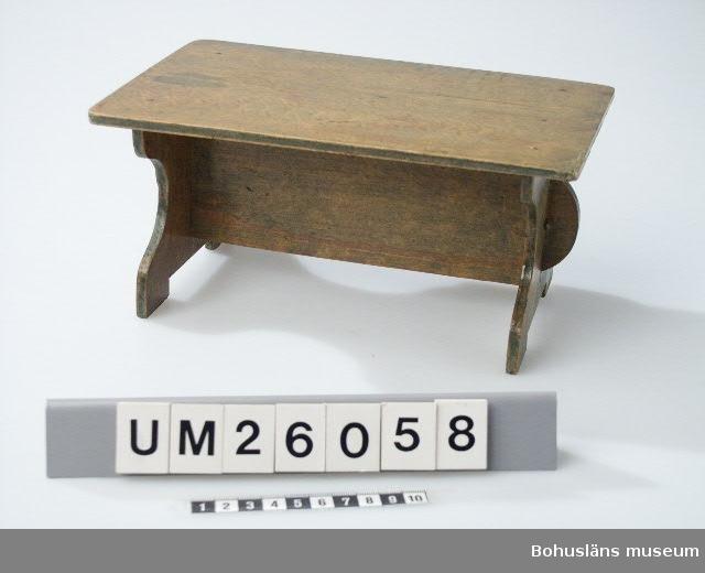 Möbel till dockskåp. Grönbetsad. Se även UM026053  Släkt- och personuppgifter se UM026024