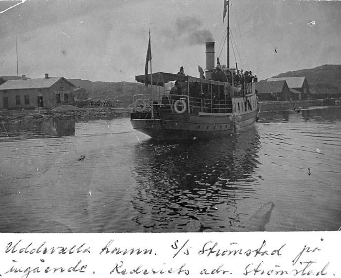 "Text på kortet: ""Uddevalla hamn s/s Strömstad på ingående. Rederiets adr. Strömstad""."