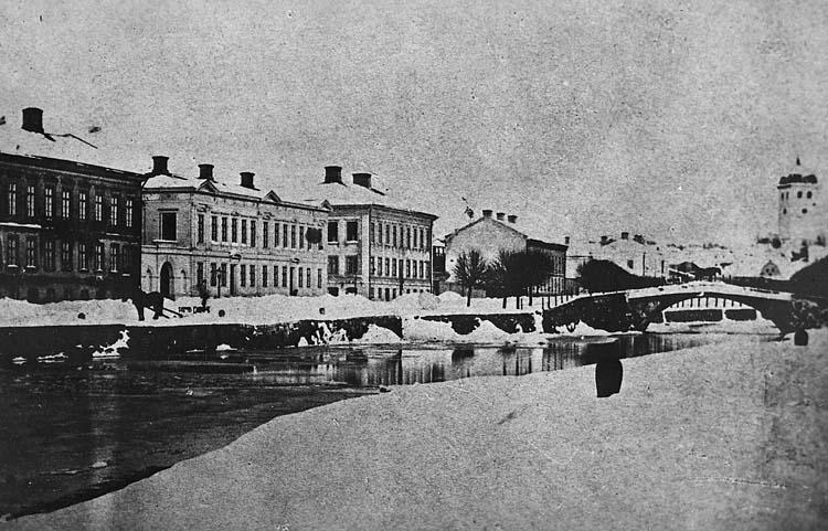"""Enligt notering: """"U-a Valvbron o N. Hamngatan, fr väster omkring 1880. Stenbron revs 1884""""."""