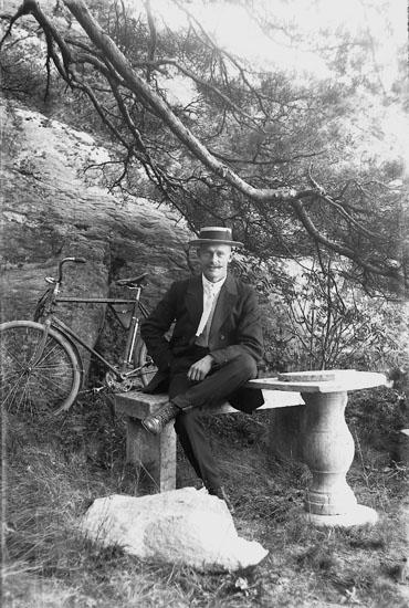 Porträttering i Cederslunds trädgård, Skredsvik år 1916.