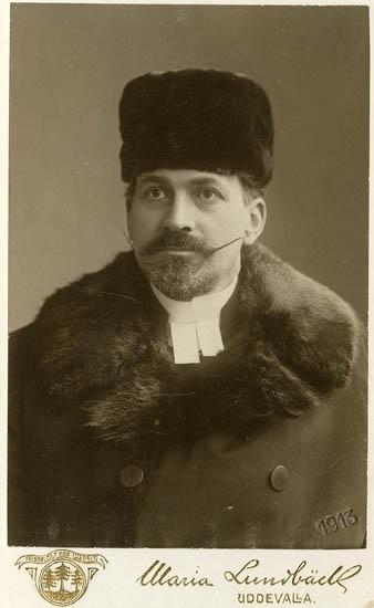 """Text på kortets baksida: """"Kyrkoherde Paul Berg, Kville. Född 1858""""."""