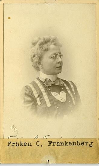 """Text på kortets baksida: """"Fröken Carlotta Frankenberg, Uddevalla. Född 1828""""."""