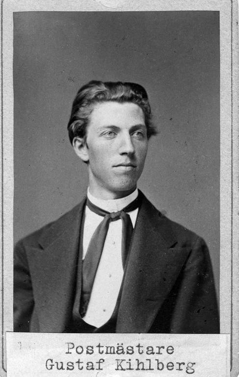 """Text på kortets baksida: """"Postmästare Gustaf Kihlberg, Uddevalla""""."""
