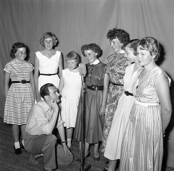 Hagge Geigert pratar med medverkande i amatörtävling i Kongresshallen 1955