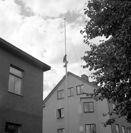 """Enligt notering: """"Man på flaggstång d 11/8 -58""""."""