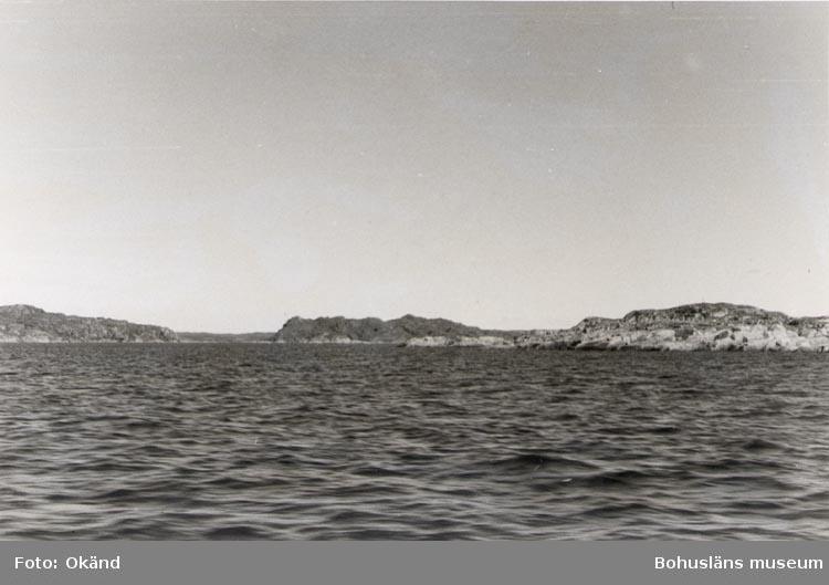 """Noterat på kortet: """"STIGFJORDEN Sept. 1954"""". """"UTSIKT NORRUT FRÅN FARLEDEN IN MOT LYRÖSUND""""."""