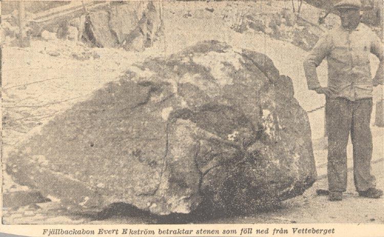 """Tryckt text på kortet: """"Fjällbackabon Evert Ekström betraktar stenen som föll ned från Vetteberget"""". Noterat på kortet: """"FJÄLLBACKA KVILLE SN.""""."""
