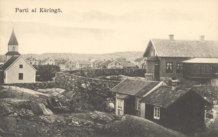 """Tryckt text på kortet: """"Parti af Käringö"""". """"FÖRLAG: AXEL E. HANSSON & C:O"""".  Noterat på kortet: """"Troligen taget 12/8 1925""""."""