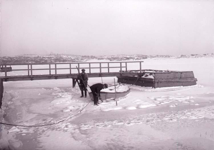 """Enligt text som tillhörde bilden """"Vid badhusbrygga sjöis febr/mars 1917""""."""