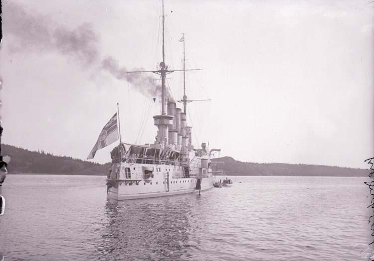 """Enligt text som medföljde bilden: """"Tyske kryssaren Friedrich Carl, Gustafsberg Juni 05""""."""
