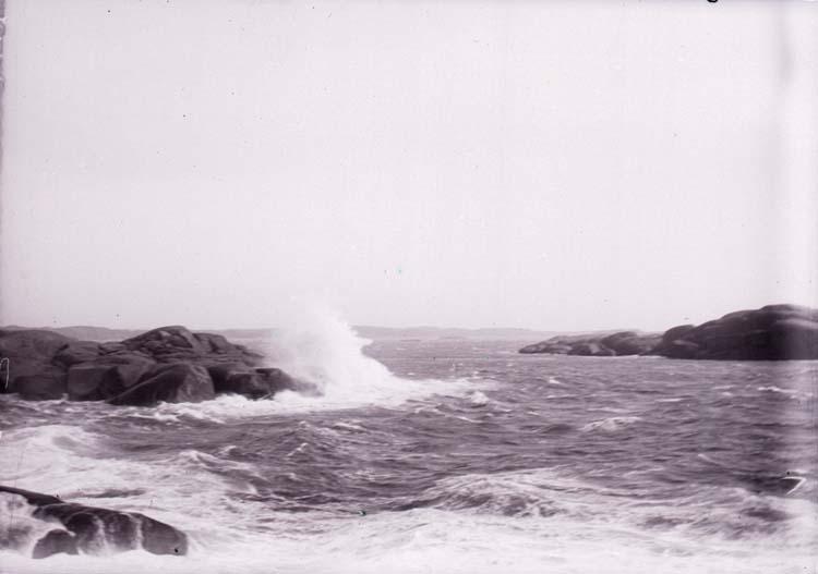 """Enligt text som medföljde bilden: """"Lysekil, Bränningar vid Stångehuvud 6/10 1901."""""""