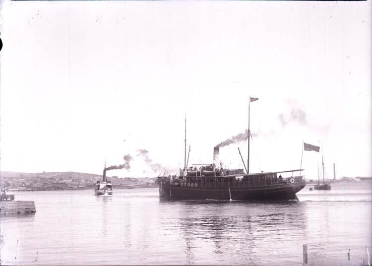 """Enligt text som medföljde bilden: """"Ångaren """"Göteborg""""o. """"Alb. Ehrensvärd"""". Lysekil, 19/5 1901. Ögonblic Sol. F,9 Soery Rapid paraplanat. Hugo hallgren."""""""