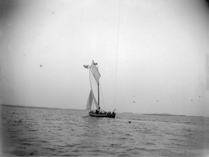"""Enligt text som medföljde bilden: """"Vid Jäfven. En badgästbåt (länsande) i öppna sjön  9/7 1899""""."""