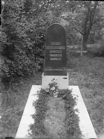"""Enligt notering: """"Gravsten å Kville kyrkogård""""."""