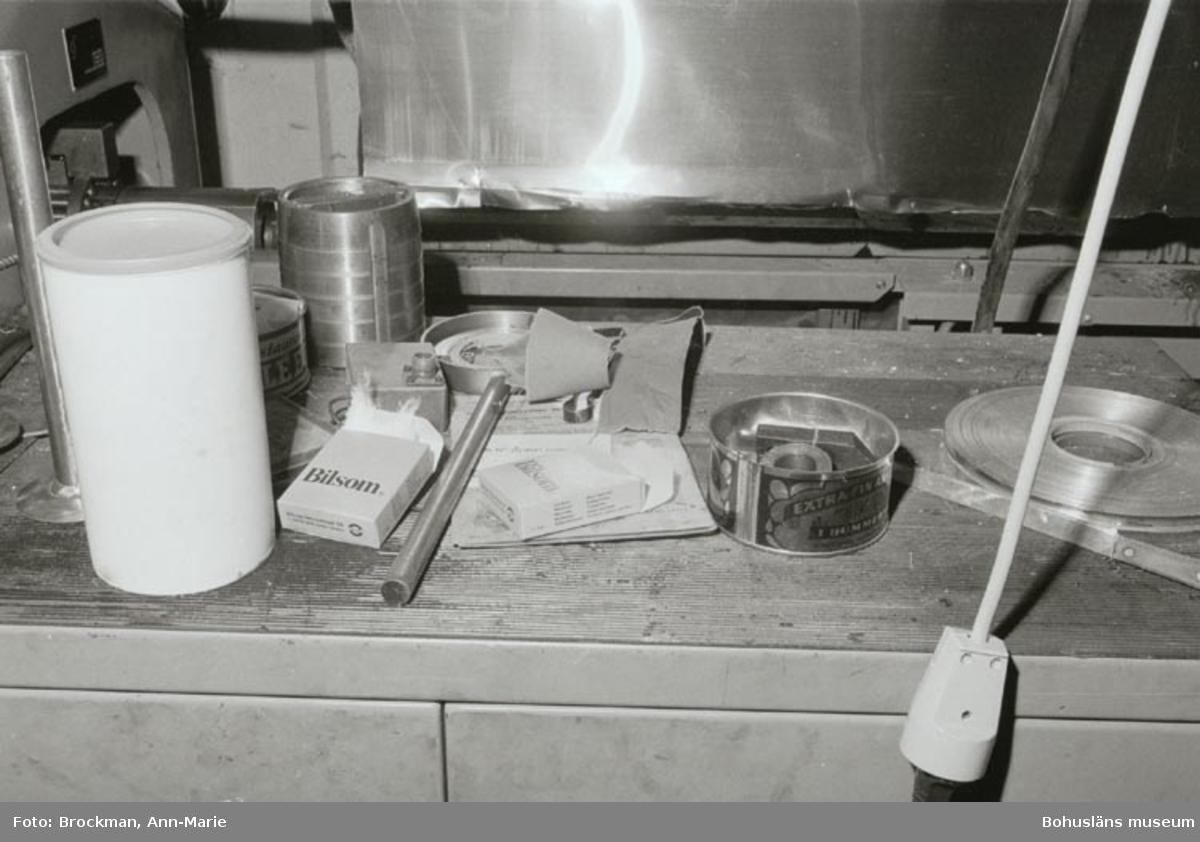 """Noteringar som medföljde bilden: """"AB Elis Luckeys konservfabrik, Lysekil. 1979. Foto: Ann-Marie Brockman. 1979.""""  Tidigare nr: UMFA54170:"""