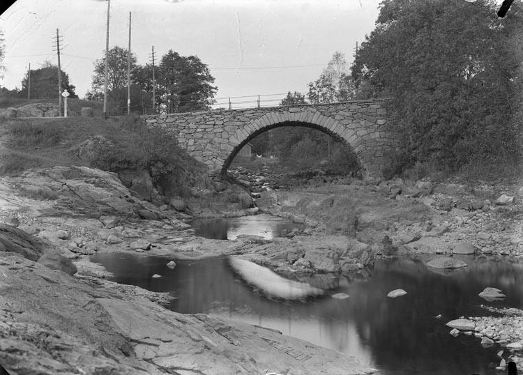 """Enligt fotografens noteringar:""""Stenbron vid Herrgården 1903""""."""