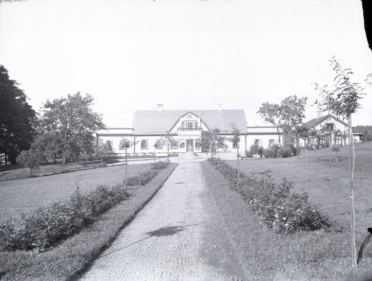 """""""Om. år 1930. Gammal stil, Munkedals Herrgård.""""  Uppgifter från Munkedals HBF: """"Fotot taget söderifrån."""""""