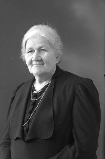 "Enligt fotografens noteringar: ""1943 Fru Emma Bå...berg? Munkedal""."