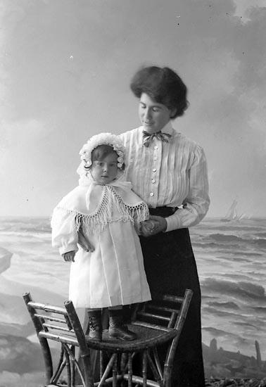"""Enligt fotografens journal nr 2 1909-1915: """"Saposnikoff, Fru Clara, Här""""."""