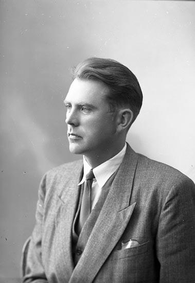 """Enligt fotografens journal nr 7 1944-1950: """"Olsén, Herr Gösta St. Höga""""."""