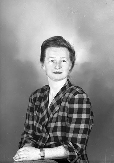 "Enligt fotografens journal nr 8 1951-1957: ""Eggers, Freulein Marie adr. Alice J-son Här""."