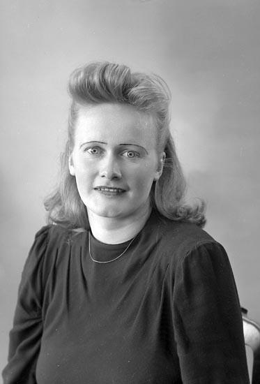 """Enligt fotografens journal nr 7 1944-1950: """"Larsson, Fr. Dayse Hjälteby""""."""