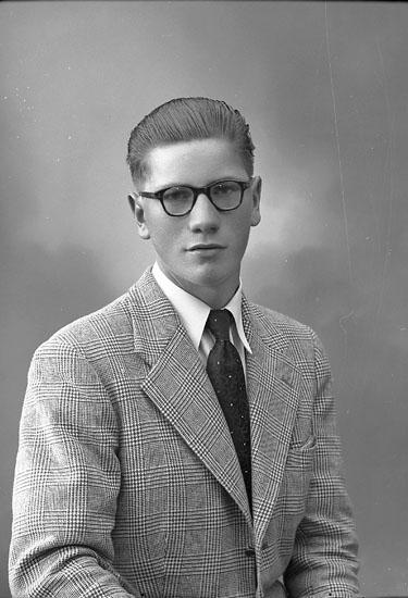 """Enligt fotografens journal nr 8 1951-1957: """"Nilsson, Tore Jordhammar Ödsmål""""."""