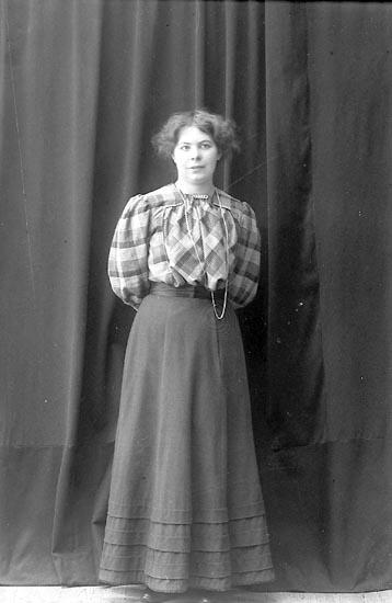 "Enligt fotografens journal nr 1 1904-1908: ""Olsson, Maria Stenungsund""."