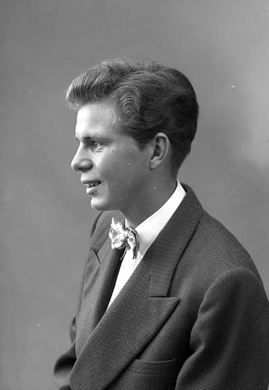 """Enligt fotografens journal nr 8 1951-1957: """"Karlsson, Per Stenungsund""""."""